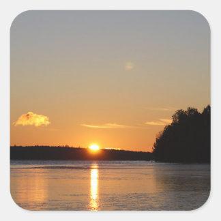 Adesivo Quadrado O raio dourado de Sun do inverno reflete no lago