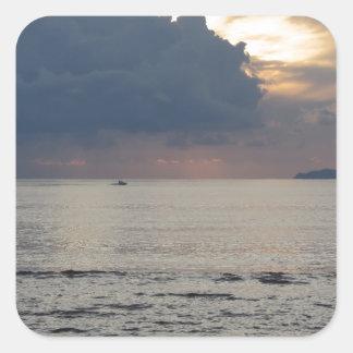 Adesivo Quadrado Por do sol morno do mar com navio de carga e um