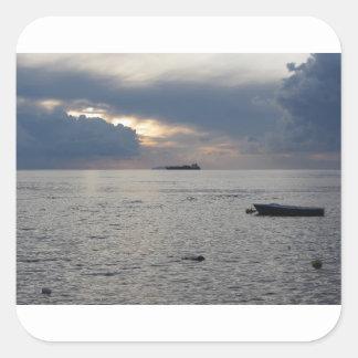 Adesivo Quadrado Por do sol morno do mar com o navio de carga no