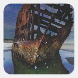 Adesivo Quadrado Shipwreck de Peter Iredale sob o céu nocturno