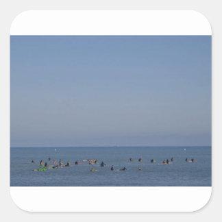 Adesivo Quadrado surfistas que esperam uma onda