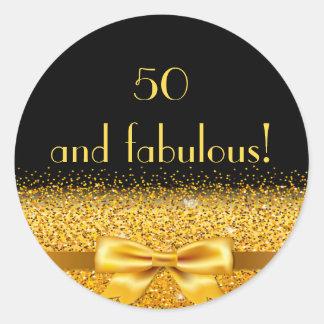 Adesivo Redondo 50 e arco dourado fabuloso com faísca no preto