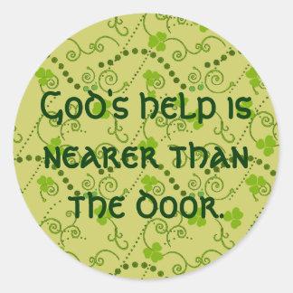 Adesivo Redondo A ajuda do deus é mais próxima do que a porta
