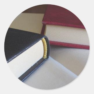 Adesivo Redondo A segunda mão registra com páginas vazias em uma