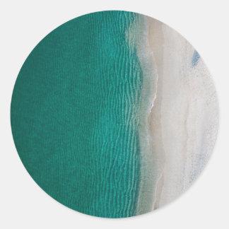 Adesivo Redondo Água verde bonita da praia do oceano e areias