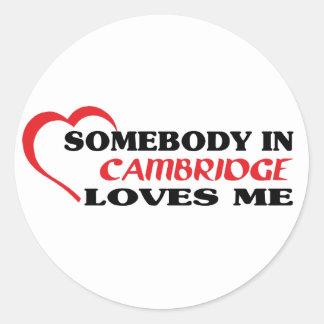 Adesivo Redondo Alguém em Cambridge ama-me