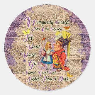 Adesivo Redondo Alice com a arte da duquesa dicionário feito sob