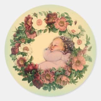 Adesivo Redondo Bebê de sono na grinalda floral