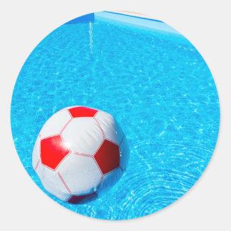 Adesivo Redondo Bola de praia que flutua na água na piscina