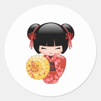 Adesivo Redondo Boneca vermelha de Sakura Kokeshi - gueixa