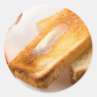 Adesivo Redondo Brinde quente com manteiga em um fim-acima branco