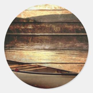 Adesivo Redondo Canoa de madeira primitiva da casa do lago da