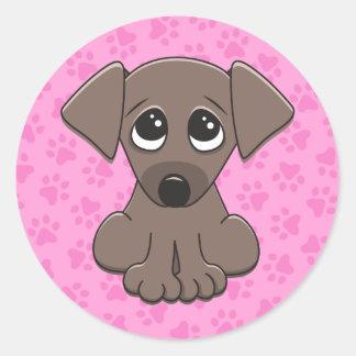 Adesivo Redondo Cão de filhote de cachorro bonito, marrom no fundo