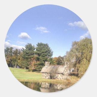 Adesivo Redondo Casa de campo em um lago