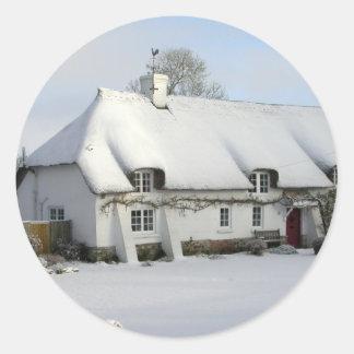 Adesivo Redondo Casa de campo inglesa Thatched na neve