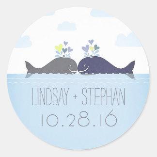 Adesivo Redondo Casamento romântico do casal da baleia do oceano