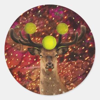 Adesivo Redondo Cervos com bolas de tênis em uma floresta de