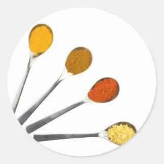 Adesivo Redondo Cinco especiarias de tempero em colheres do metal
