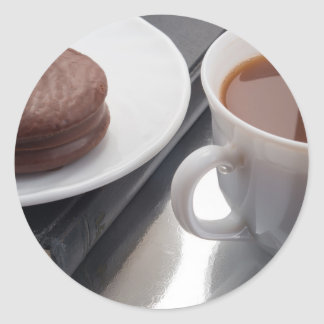 Adesivo Redondo Copo branco com cacau e o biscoito com cobertura