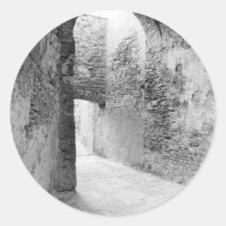 Adesivo Redondo Corredores escuros de uma estrutura velha do