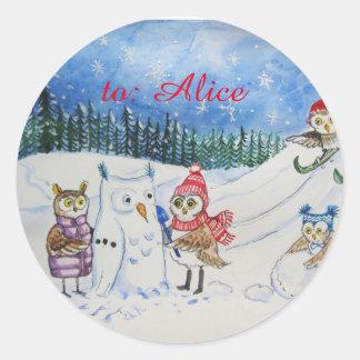 Adesivo Redondo Corujas do Natal que jogam na neve
