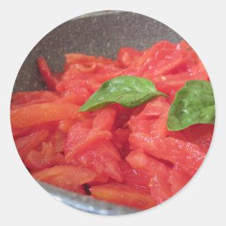 Adesivo Redondo Cozinhando o molho de tomate caseiro usando o
