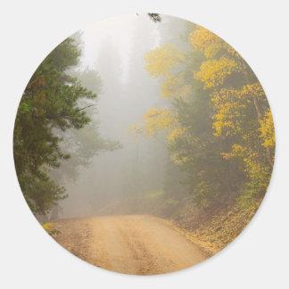 Adesivo Redondo Cruzamento na névoa do outono