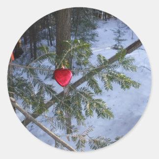 Adesivo Redondo Decoração vermelha do coração no ramo do pinho