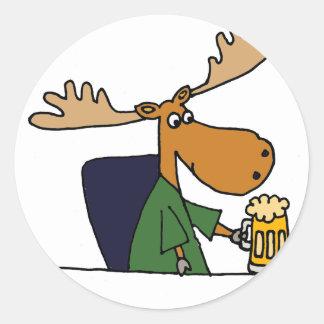 Adesivo Redondo Desenhos animados engraçados da cerveja do bebendo