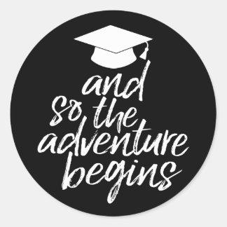 Adesivo Redondo E assim a aventura começa - a graduação