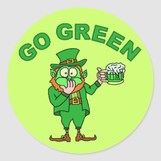 """Adesivo Redondo Engraçado """"vai"""" o Leprechaun bêbedo verde"""