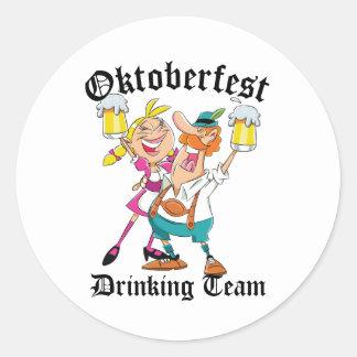 Adesivo Redondo Equipe do bebendo de Oktoberfest