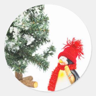 Adesivo Redondo Estatueta do pinguim com esquis e árvore de Natal
