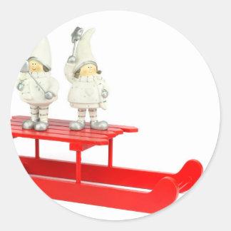 Adesivo Redondo Estatuetas do Natal das crianças no trenó vermelho