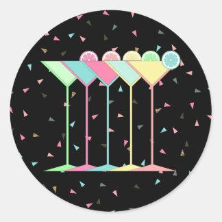 Adesivo Redondo Etiquetas, Martini e confetes do cocktail no preto