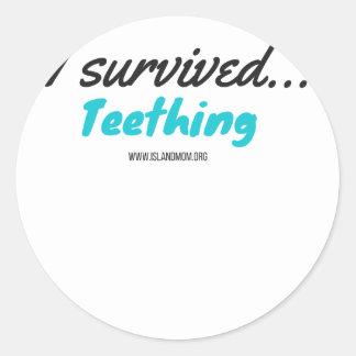 Adesivo Redondo Eu sobrevivi ao Teething - camisas de T