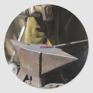 Adesivo Redondo Ferreiro que forja manualmente o metal derretido