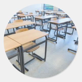 Adesivo Redondo Fileiras das mesas e das cadeiras na sala de aula