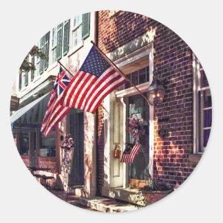 Adesivo Redondo Fredericksburg VA - Rua com bandeiras americanas