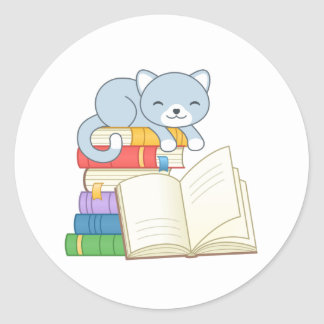 Adesivo Redondo Gato bonito sobre uma pilha de livro