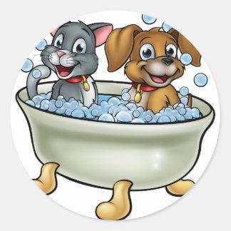 Adesivo Redondo Gato e cão dos desenhos animados no banho
