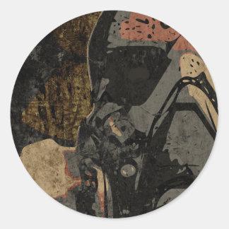 Adesivo Redondo Homem com máscara protetora na placa de metal