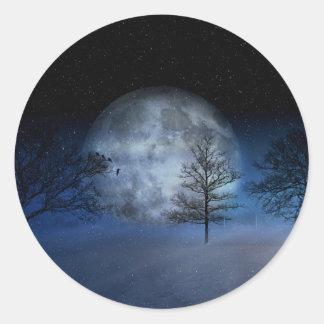 Adesivo Redondo Lua cheia entre as copas de árvore