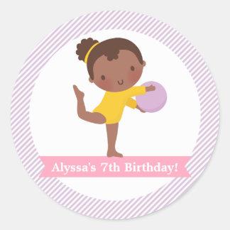 Adesivo Redondo Menina com partido de aniversário de criança da