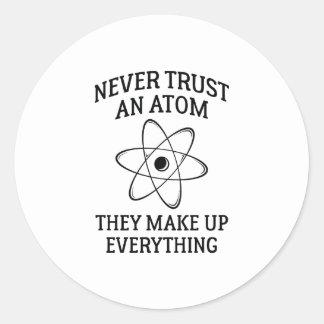 Adesivo Redondo Nunca confie um átomo