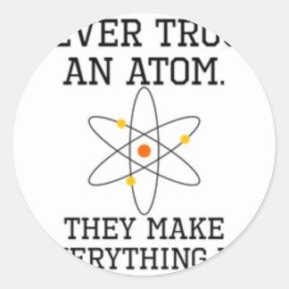 Adesivo Redondo Nunca confie um átomo - ciência engraçada