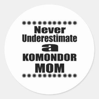 Adesivo Redondo Nunca subestime a mamã de KOMONDOR