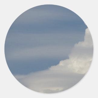 Adesivo Redondo Nuvens brancas macias contra o fundo do céu azul