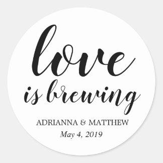 Adesivo Redondo O amor está fabricando cerveja o favor lunático do