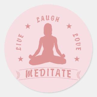 Adesivo Redondo O amor vivo do riso Meditate texto fêmea (o rosa)